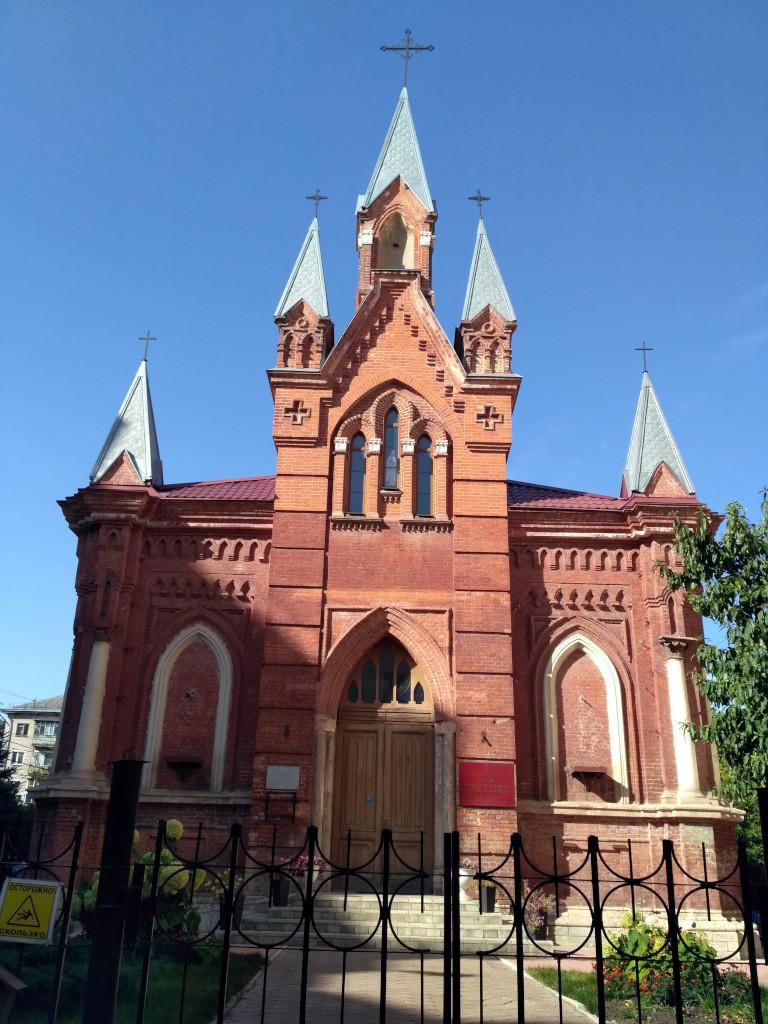 Костел при Советской власти был, конечно, закрыт, и возвращен католической епархии только в 2004 году. Интерьеры храма восстановили, вот только фигур Петра и Павла, изначально украшавших главный вход, до сих пор не хватает…