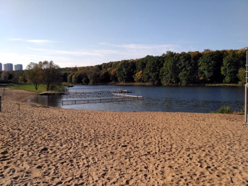 Например, он включает в себя три приличных размеров пруда, компенсирующих скромный размер городской речки и дающий таки горожанам возможность понежиться на песочке у воды...