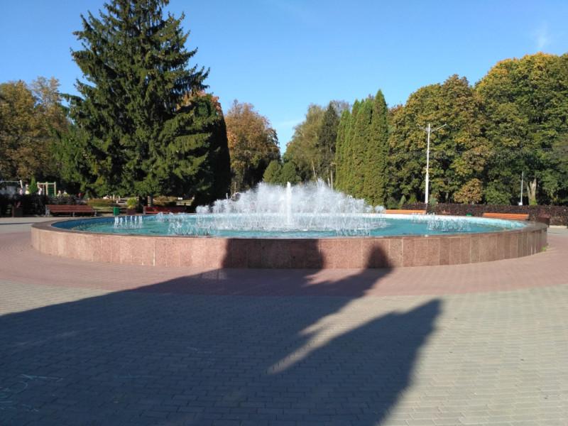 Одно из главных украшений парка - большой фонтан, работает даже в начале октября