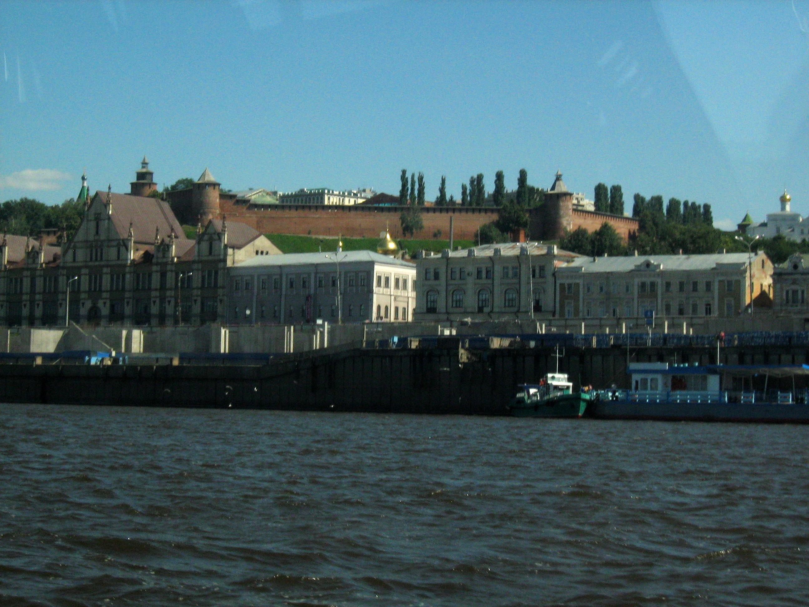 Кремль, Нижневолжская набережная и торговый дом Рукавишниковых