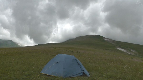 Палатка у подножия горы Абадзеш