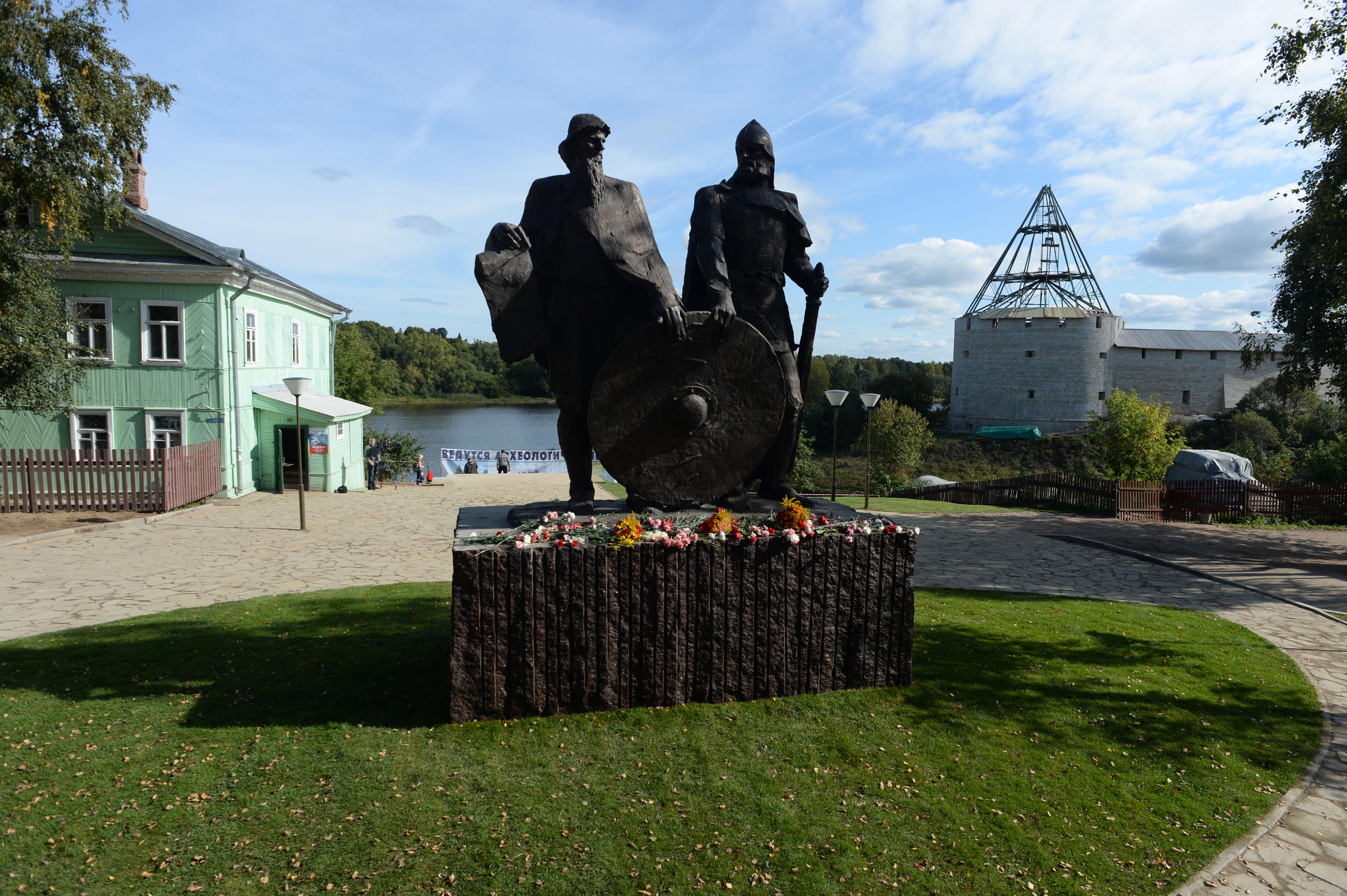 Памятник Рюрику и Олегу в Старой Ладоге