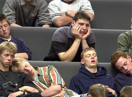 студенты спят на лекции