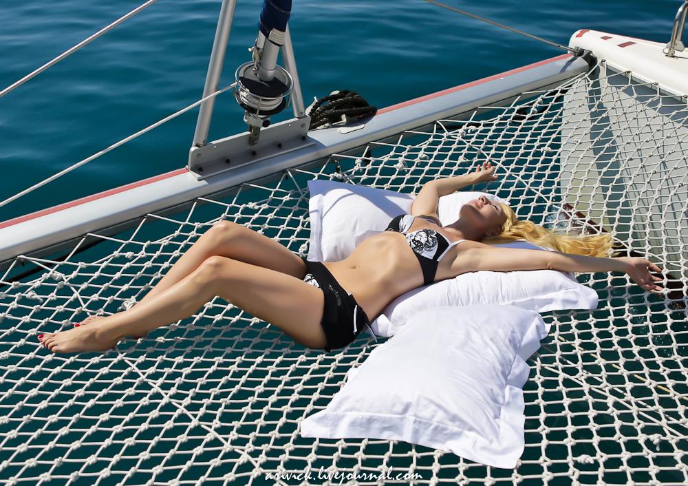 две блондинки на яхте