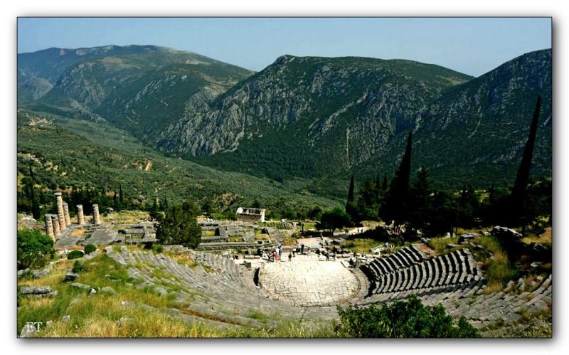 Дельфы. Театр. Слева видны колоны Храма Аполлона