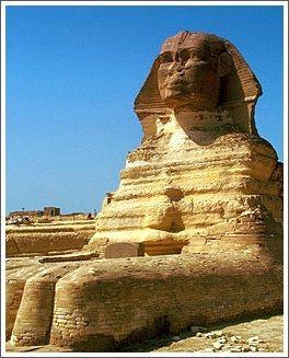 Сфинкс у подножья пирамиды Хефрена. Египет.