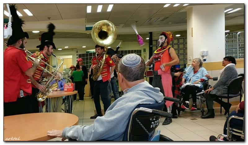 Концерт по случаю праздника Пурим в хосписе Бейт-Ривка, Петах Тиква, Израиль