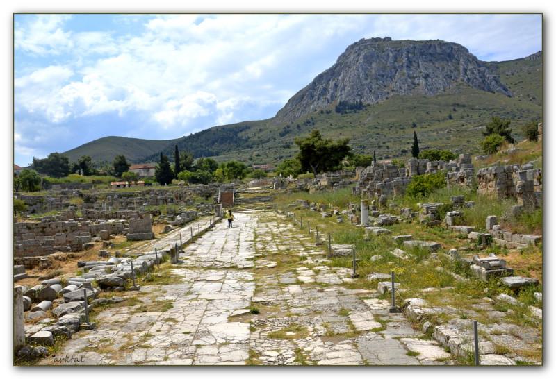 Улица в Археокоринфе. На втором плане на вершине горы - акрополь Акрокоринф.
