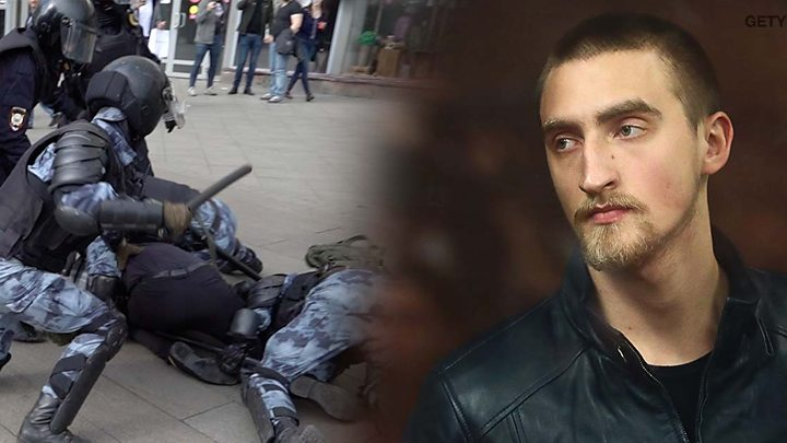 Павел Устинов (на земле) в момент нападения на росгвардейца