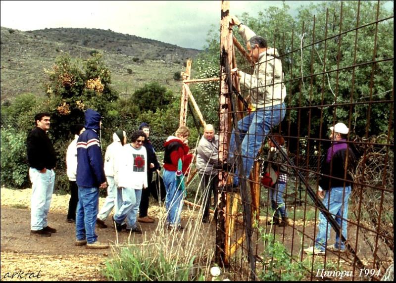 Игаль Теппер (крайний слева) наблюдает за преодолением препятствий