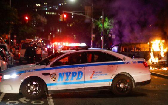 Полицейские блокируют авеню ДеКалб в Бруклине 29 мая 2020 года