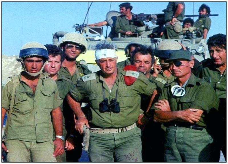 Командир  дивизии «Амуд ха-Эш», генерал Ариэль Шарон (в центре) и министр обороны Моше Даян (слева), 1973