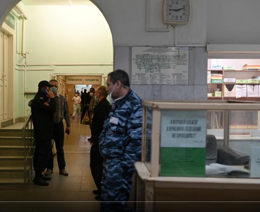 Полиция в больнице, в которой госпитализирован Навальный (Фото - delfti)
