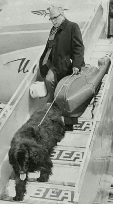 Мстислав Ростропович и ньюфаундленд Кузя на трапе самолета