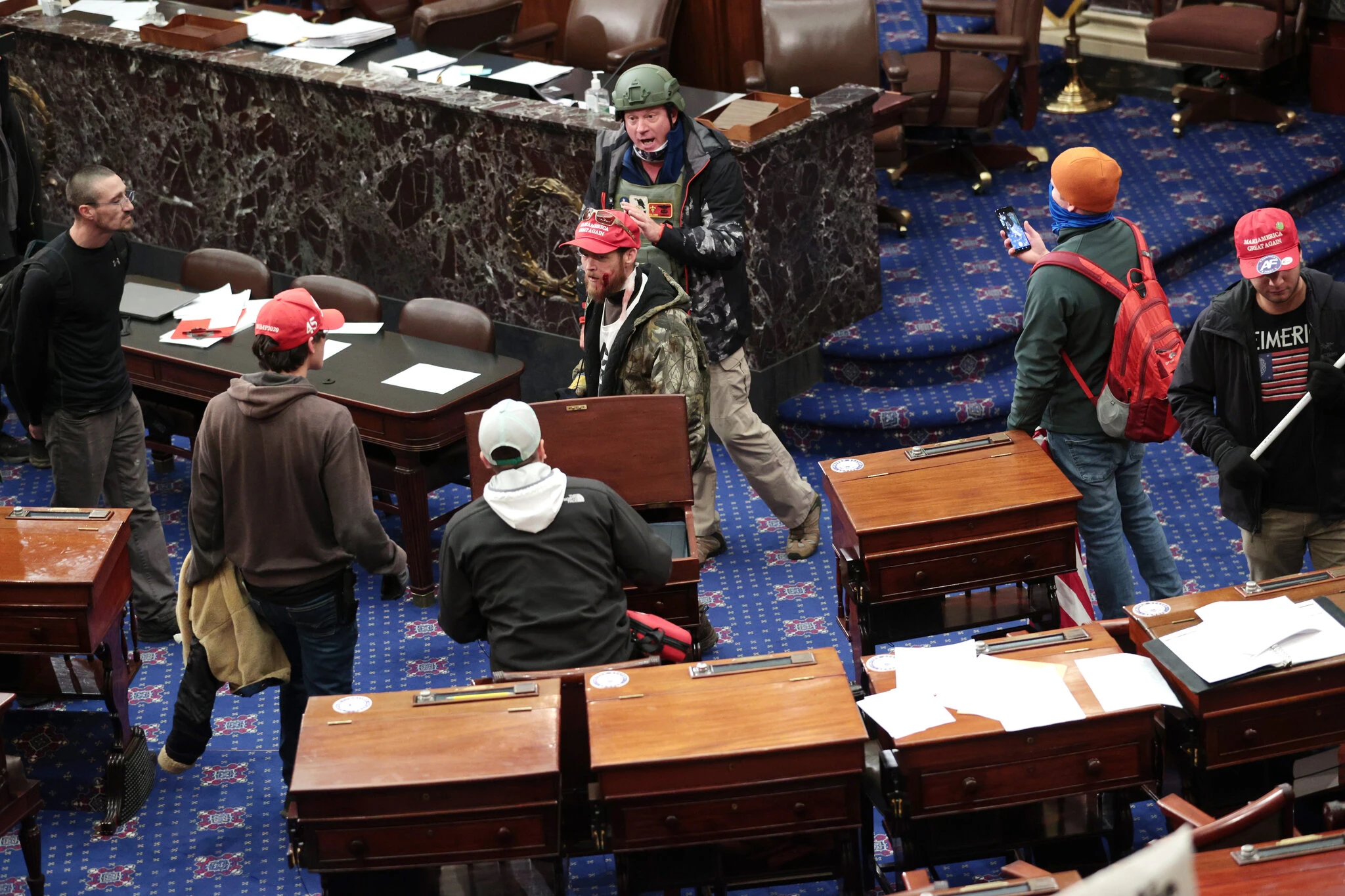 Протестующие в зале Сената