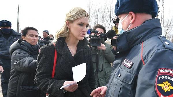 Главу «Альянса врачей» А. Васильеву — личного врача Алексея Навального — задержали возле колонии ИК-2