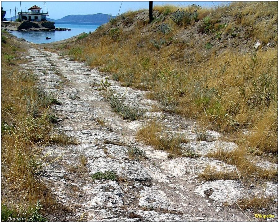 Часть волока-диолкос со стороны Саронского залива. (фото — Википедия)