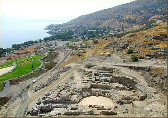 Вид на раскопки римского театра. У берега озера – открытая часть археологического парка (фото Управление древностей)
