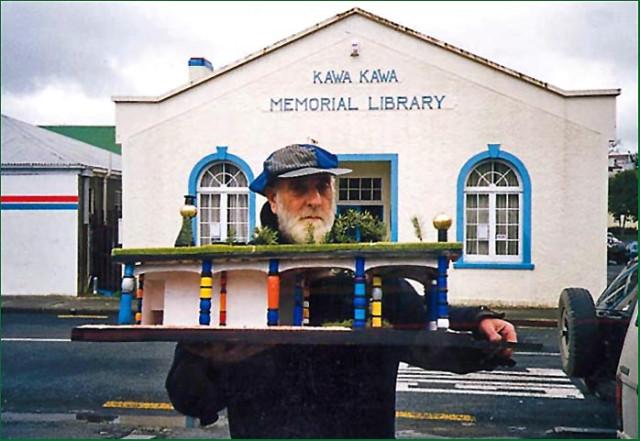 Фриденсрайх Хундертвассер держит макет общественного туалета для г. Кавакава, Новая Зеландия (Public toilets, Kawakawa), 1999