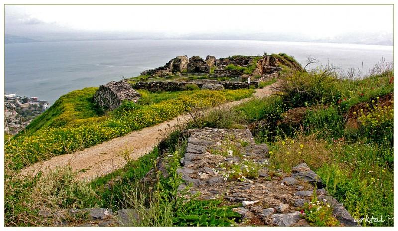 Развалины церкви и стены, окружавшей монастырь на горе Береники
