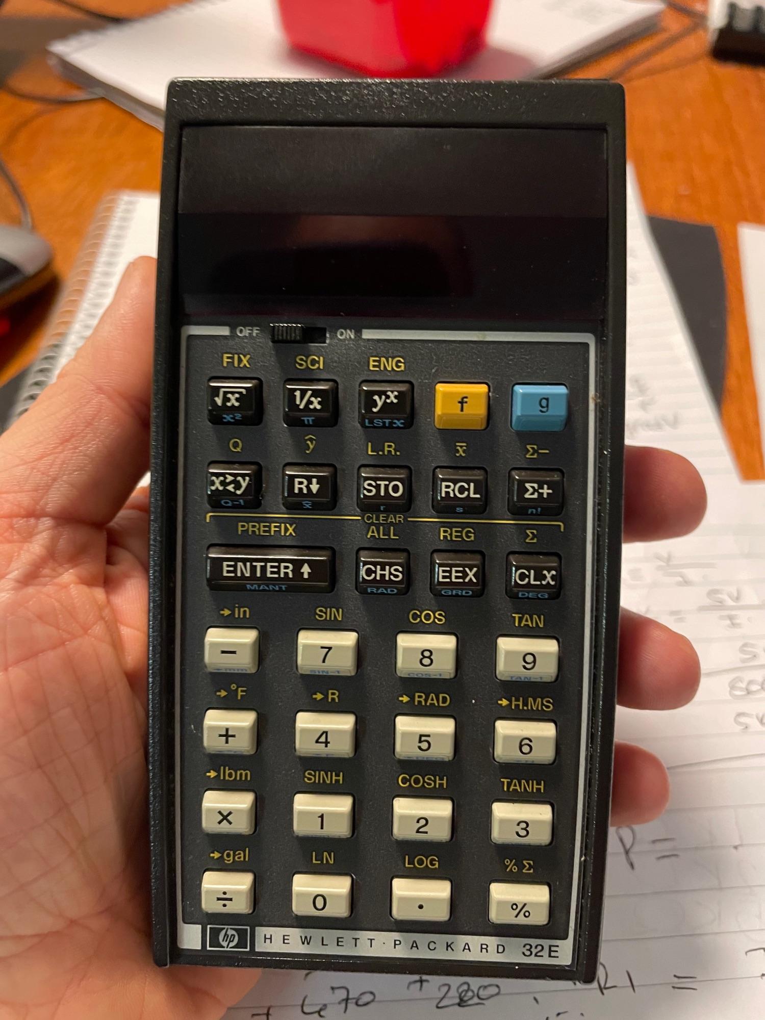 Одна из самых крутых вещей, которые я держал в руках. Научный калькулятор Hewlett Packard 32E. Годы выпуска с 1978 по 1983. Статистка, тригонометрия, даже конвертация некоторых единиц! Цена в деньгах 1978 года $80 (примерно как современный мобильный телефон среднего уровня). Мы с ним ровесники — даже трудно поверить!