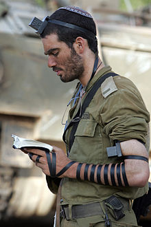 soldier_put_on_tefillin