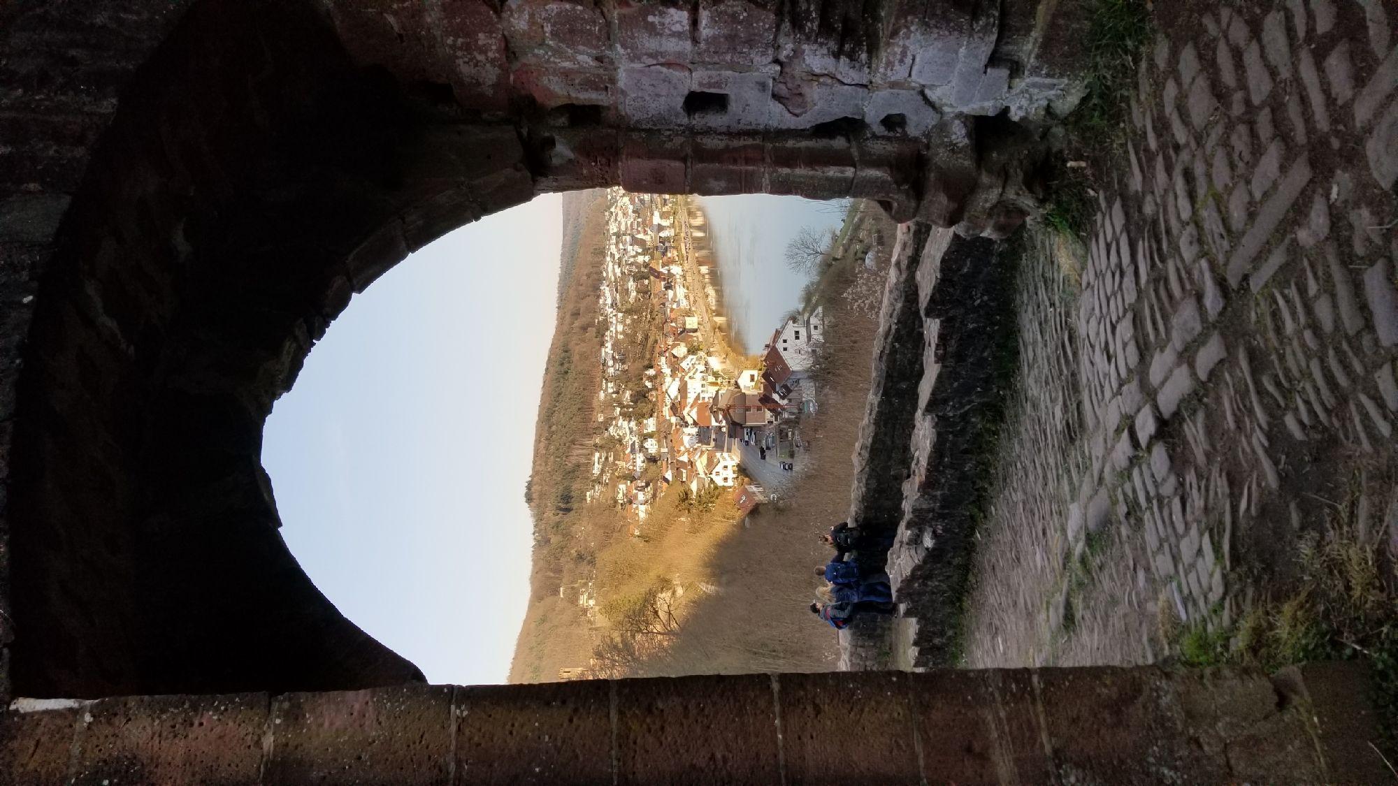 В стене видны дырки от крепостной решётки