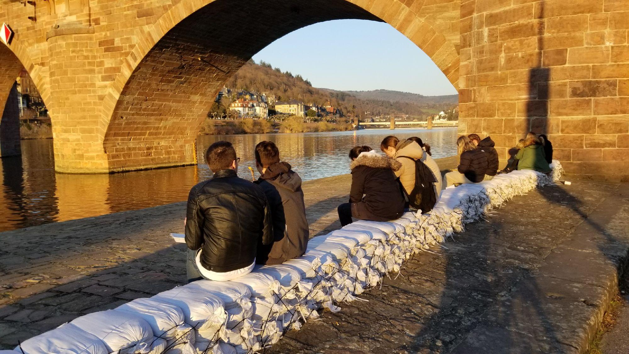 Следы недавнего наводнения. Думаю, эти мешки все же утонули, но на некоторое время позволили ездить по набережной.