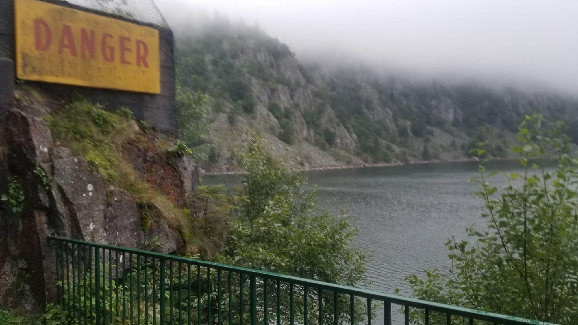 Озеро. В скалах туннель, закрыт
