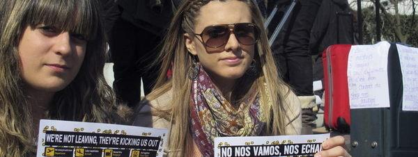 Dos-jovenes-espanolas-se-manif_54371023830_51351706917_600_226
