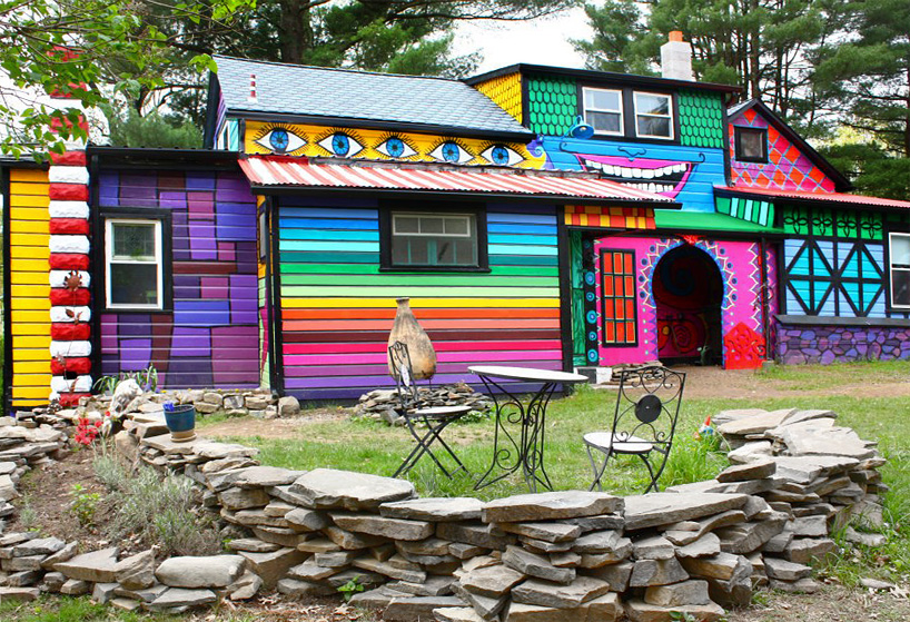 5_artist-turns-her-new-york-home-into-a-psychedelic-habitat-designboom-07