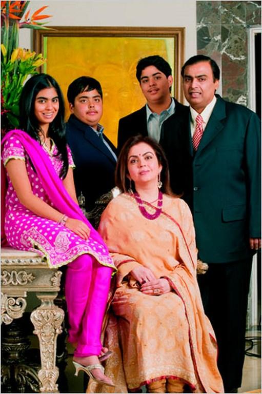1_Mukesh-Ambani-and-family-photo