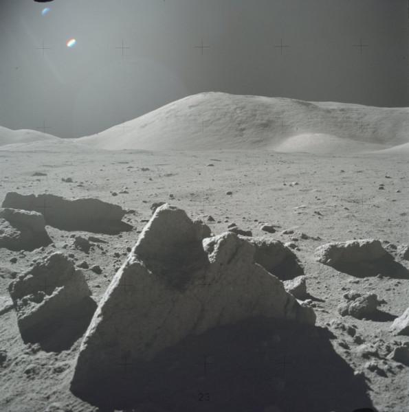 Пирамида на Луне. Фото AS17-145-22163.