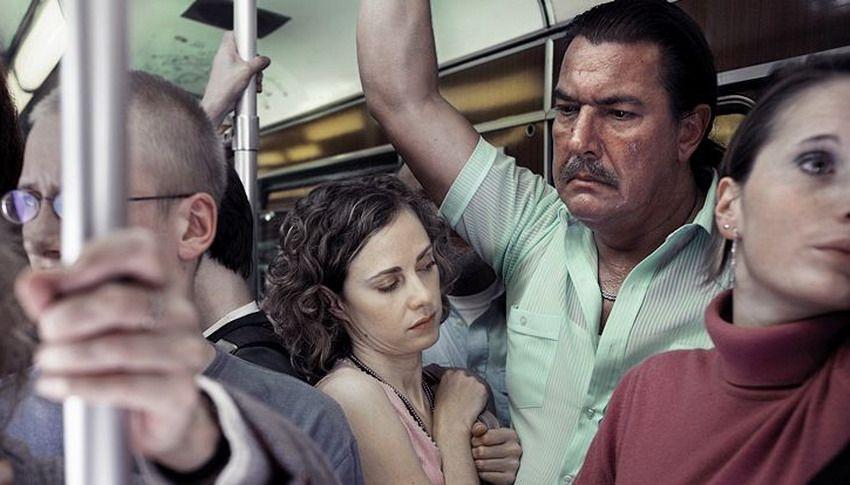 Анекдот: Трое немых едут в автобусе. Двое активно между…