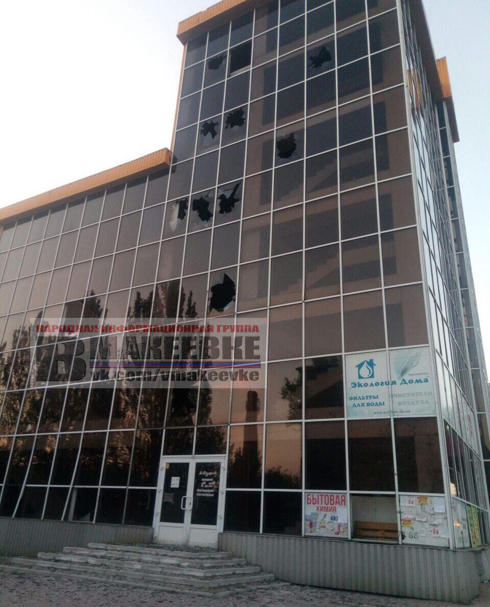 Этот торговый центр работал до 2014 года. Теперь он выглядит вот так. Центральная улица города. (с) фото с телеграм-канала В Макеевке