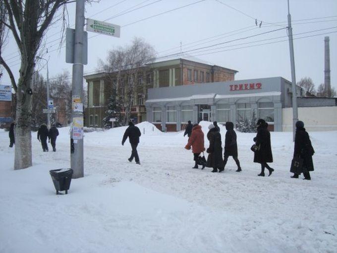 """Люди идут пешком, """"22-я линия"""", транспорт не ездит."""