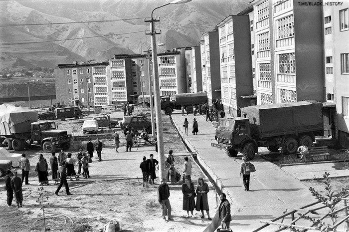 Российские войска производят эвакуацию русских жителей Нурека. Таджикистан, Нурек, 4 ноября 1992 года.