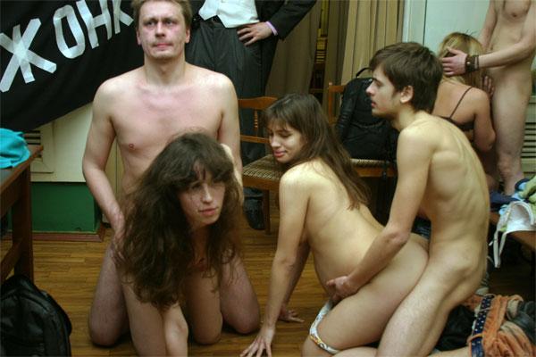 golie-devchonki-v-muzee-massiruet