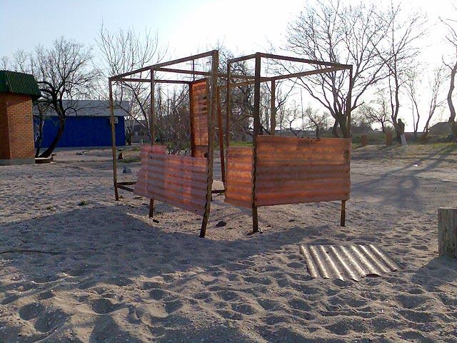 Раздевалка на пляже на бердянской косе.