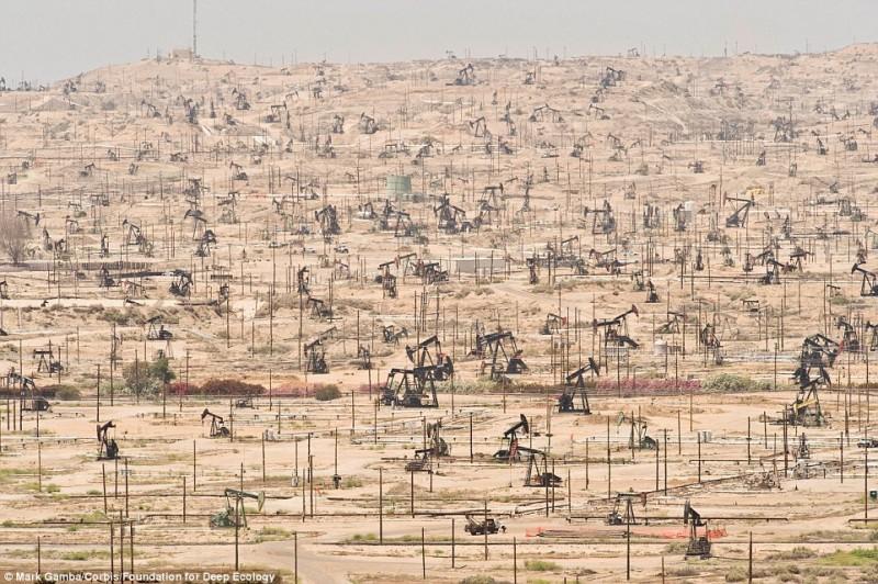 пейзаж нефтяного поля в Техасе