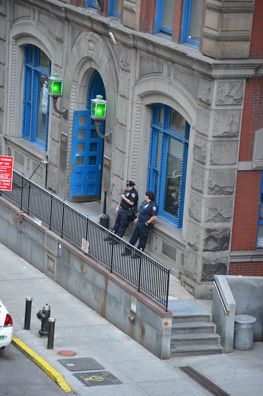 Полицейские пьют кофе (без пончиков)