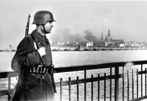 Немецкий часовой на мосту