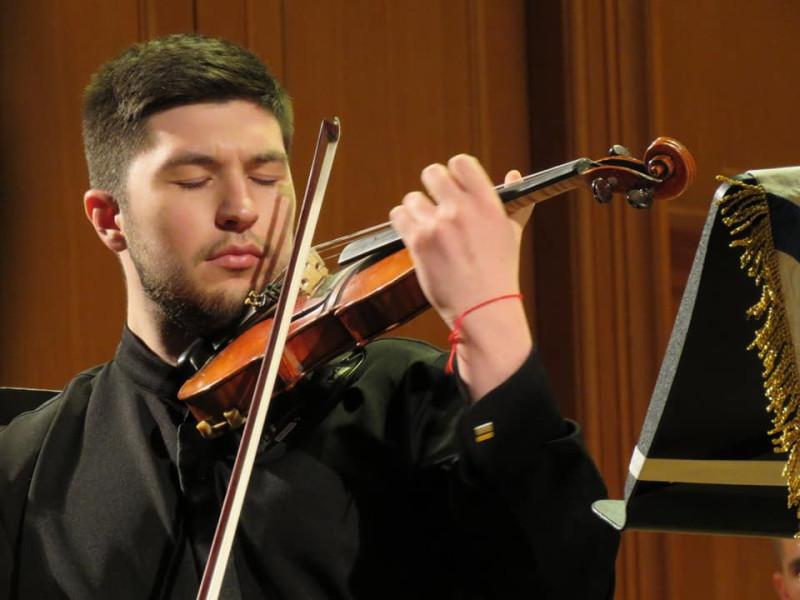Петр Федотов и заманивающая в сказку скрипка