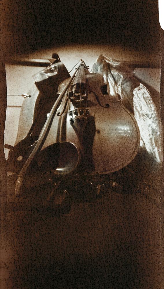 Андрей Жуков. Скрипка. Пинхол-фотография, искривляющий пинхол (синусоида), кадр 6х11см, 2011.
