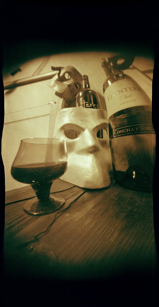 Андрей Жуков. In vino veritas est. Искривляющий пинхол (синусоида), кадр 6х12 см, цветная плёнка, ручная проявка в кофеноле. 2011 год.