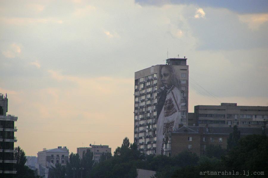 Мурал на Леси Украинки, 36-а. «Девушка в вышиванке». Автор Гвидо Ван Хелтен. 2015 год.