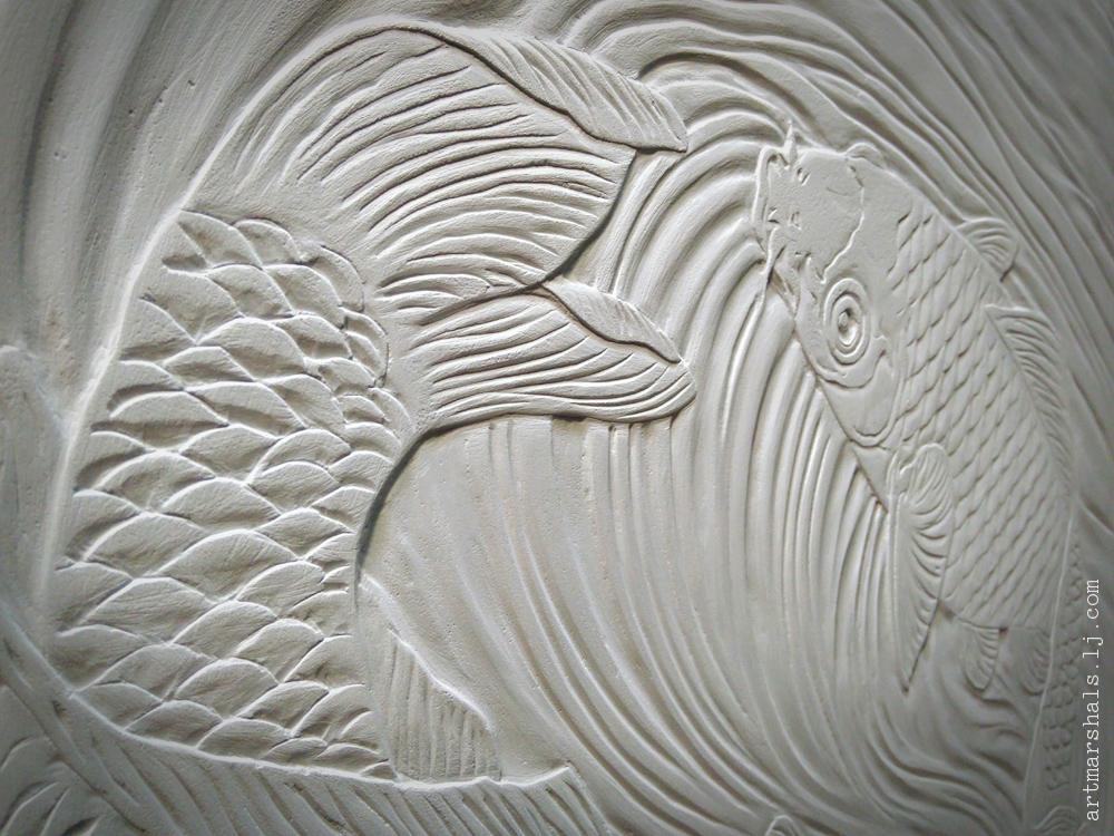 """Декоративный рельеф """"Карпики"""", резьба по травертину, фрагмент. Андрей Жуков."""