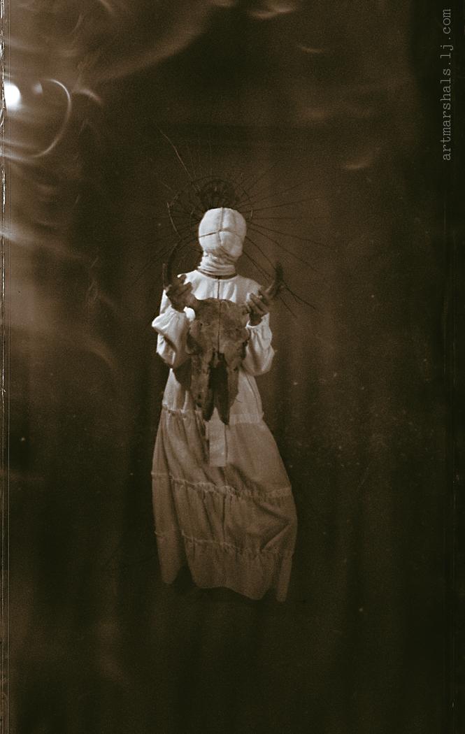Кукла I. Серия «Етнохоррор». Студийная фотосъёмка на искривляющий пинхол, 2019.