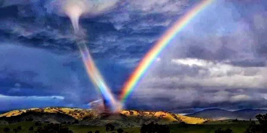 Торнадо высасывает радугу