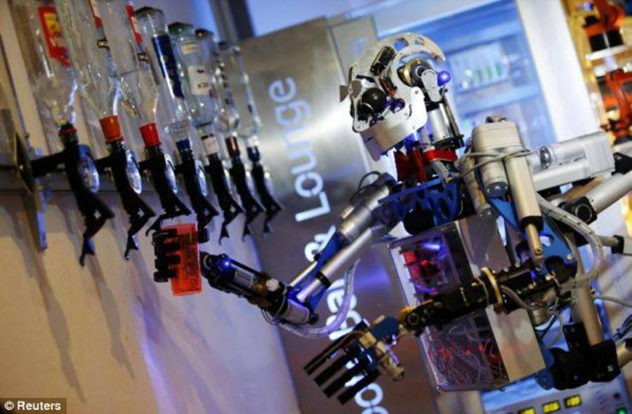 В Германии создали робота-бармена. И коктейль сделает, и с клиентом поговорит.